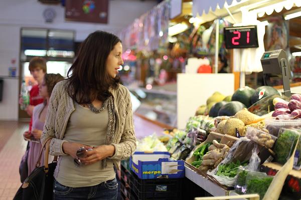 Estudiante de español visitando el mercado de Denia