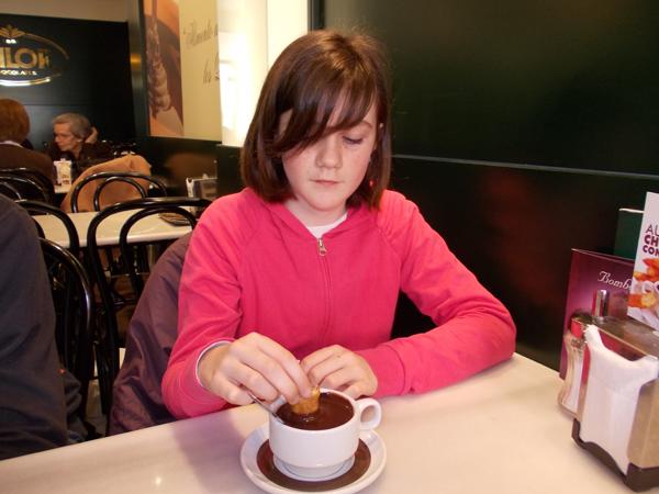 Estudiante del programa de español para niños en la Chocolatería Valor