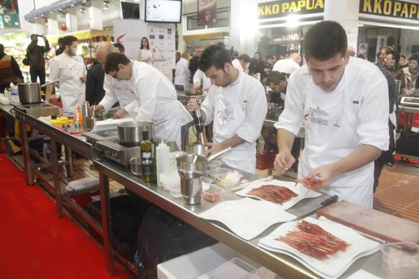 Chefs cocinando en el Concurso Internacional de la gamba roja de Denia
