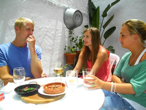 tres estudiantes de español de tapas con la escuela