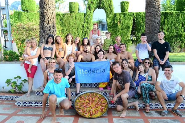 Alumnos durante el taller de paella con TLCdénia