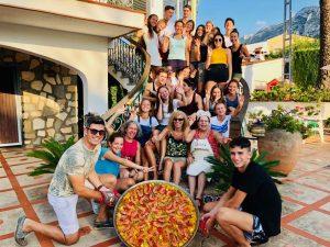 Grupo escolar en un taller de gastronomía española