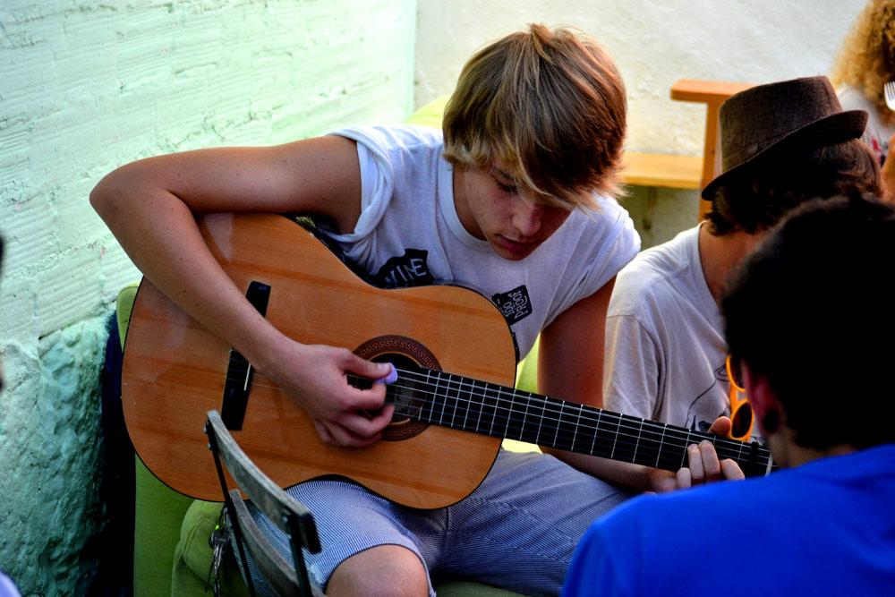 estudiante tocando la guitarra española
