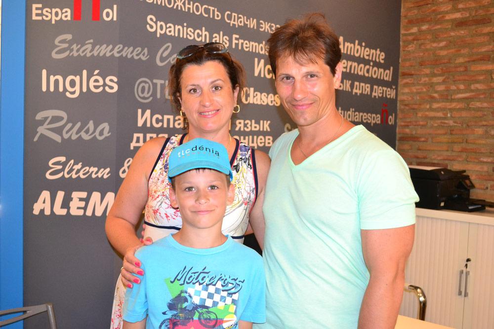 familia aprendiendo español en TLCdenia
