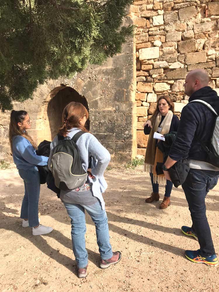 Estudiantes de español visitando el castillo
