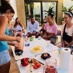 Estudiantes de español en un taller de cocina