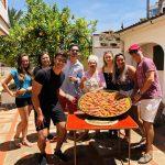 Estudiantes de español cocinando paella