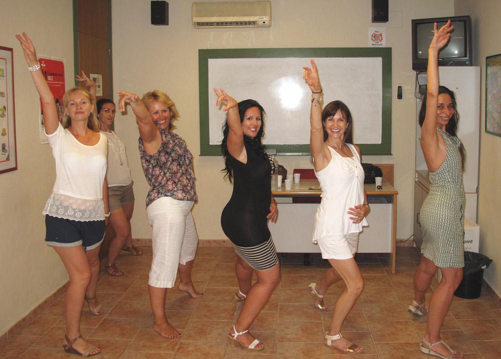 Estudiantes de español bailando salsa