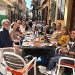 Estudiantes de español probando las tapas