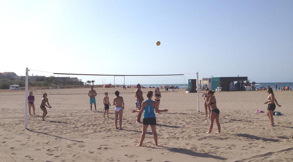 Estudiantes de español jugando al voleibol