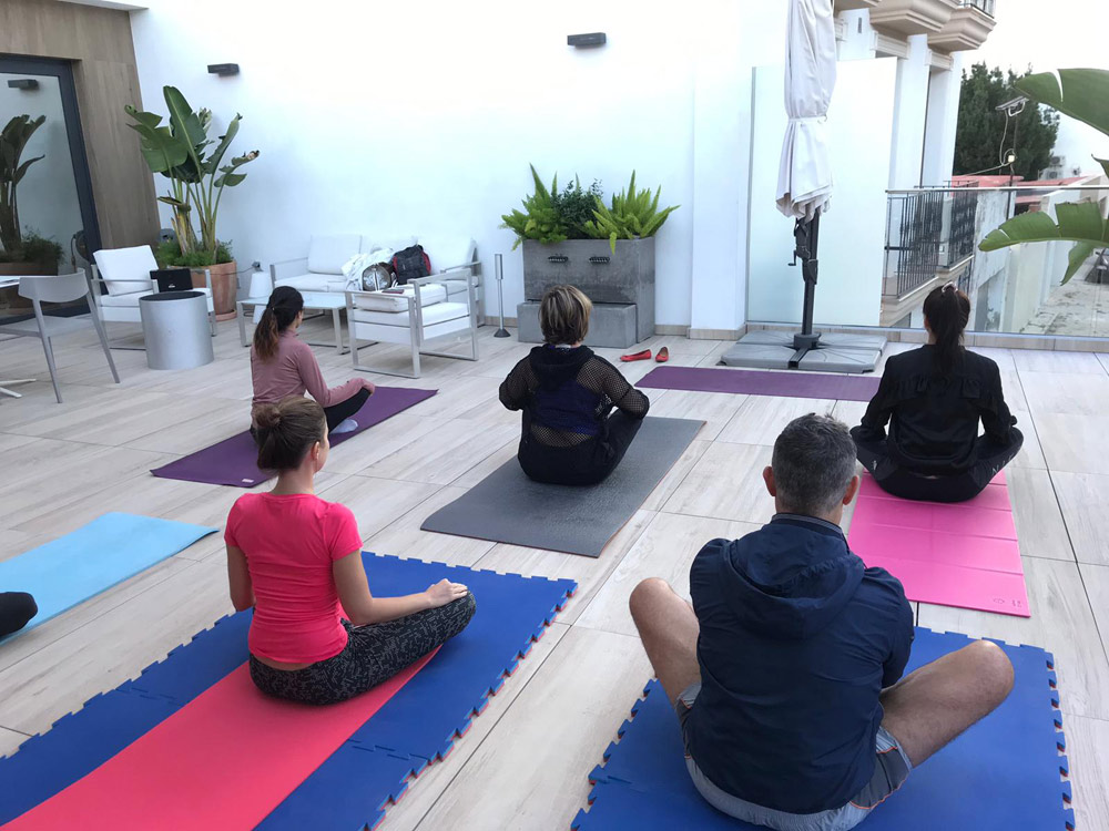 Estudiantes de español haciendo yoga