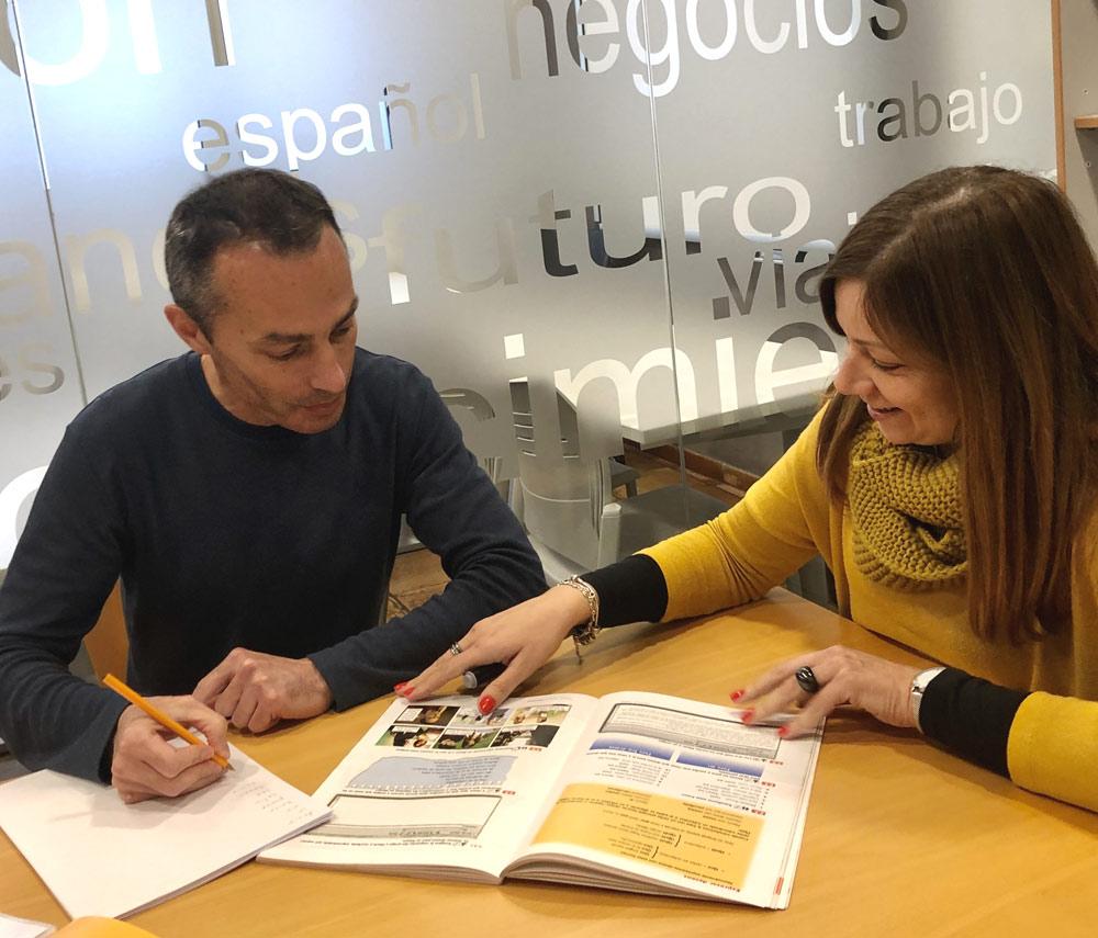 Estudiante con su profesora durante el curso de español