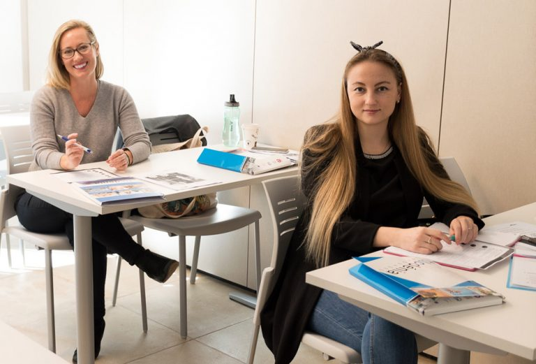 Estudiantes de español en un curso intensivo