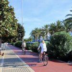 Ciclistas por el carril bici en Denia