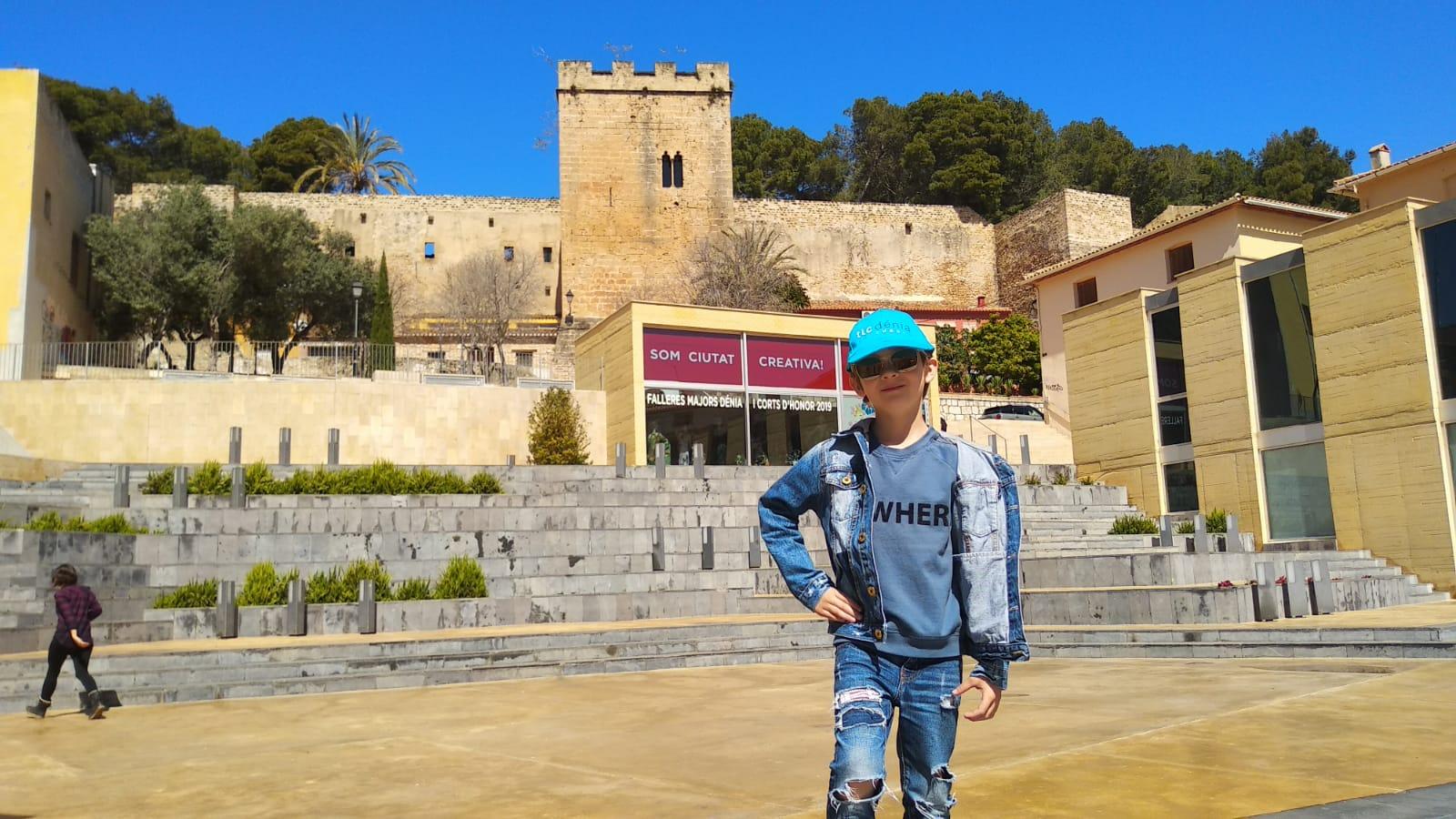 Niño en en centro de Denia durante su programa español para niños