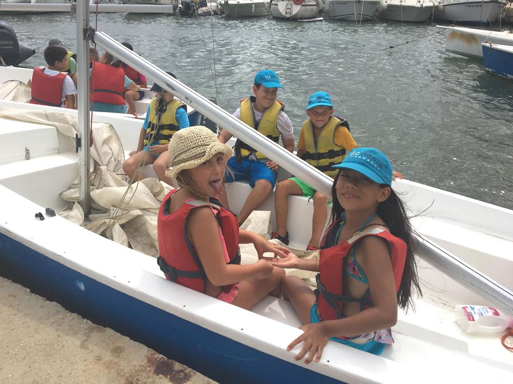 Niños en el barco durante el programa español y vela