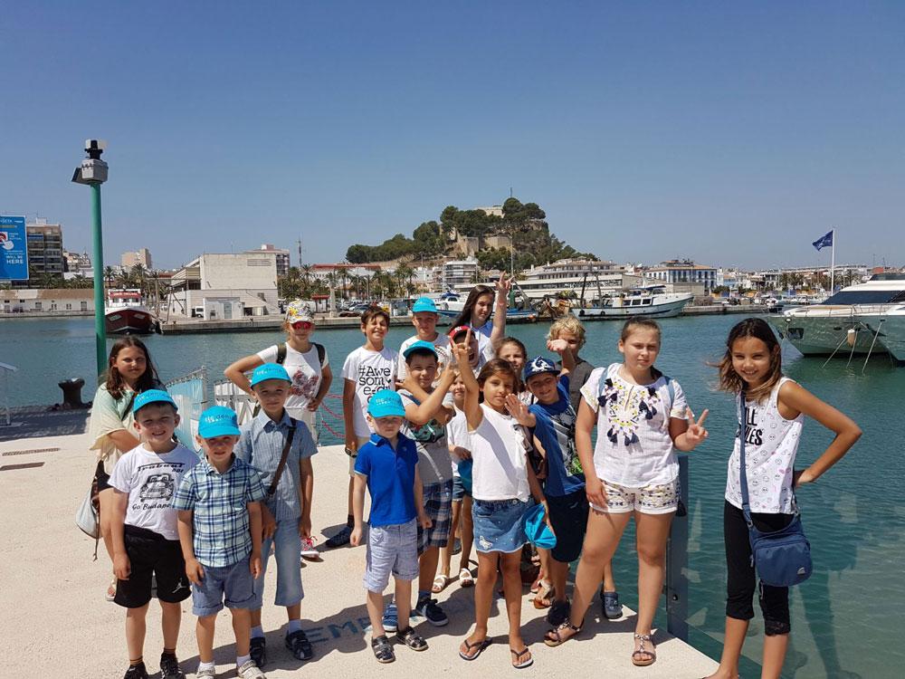 Niños en el puerto de Denia durante su programa de español para niños