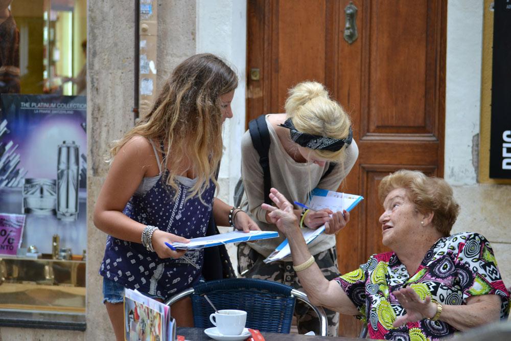 Estudiantes hablando español en la calle con nativos