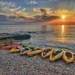Kayaks en la orilla de la playa las Rotas en Denia