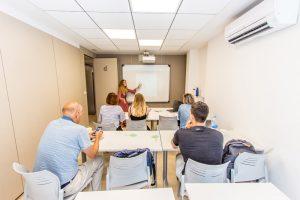 Alumnos en una lección de español en TLCdénia