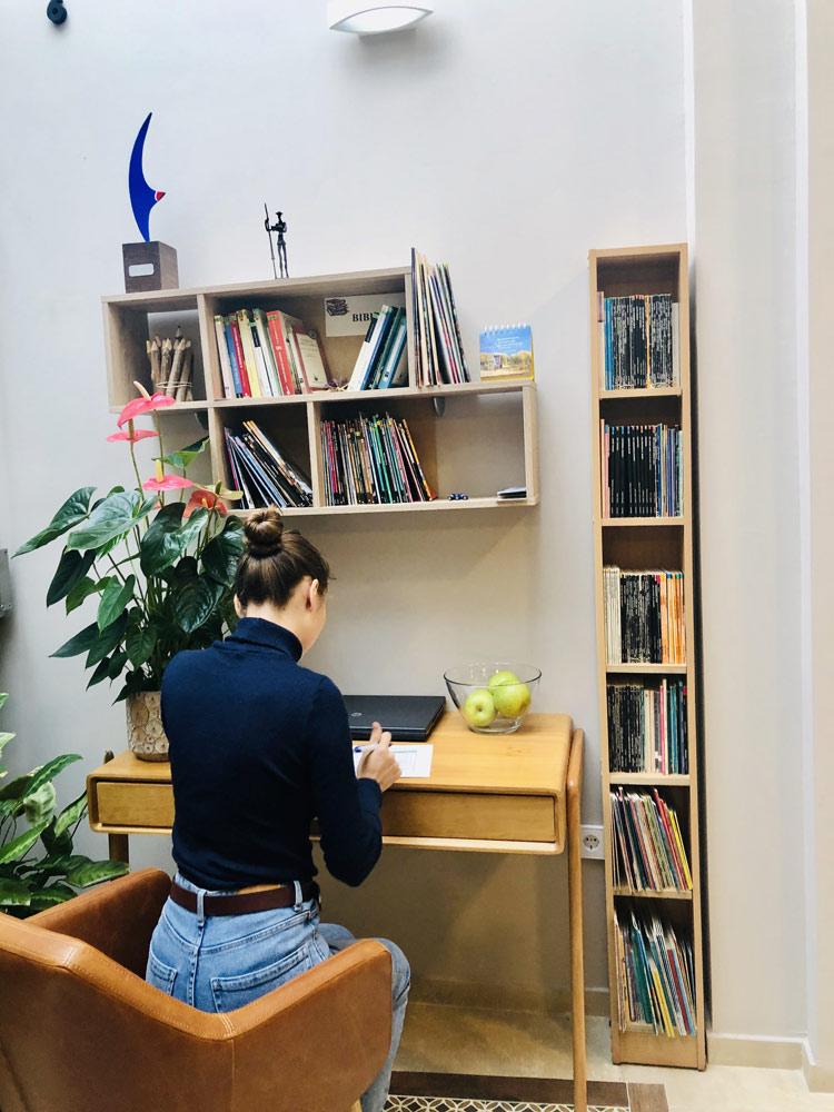 estudiante leyendo español en la biblioteca de TLCdénia