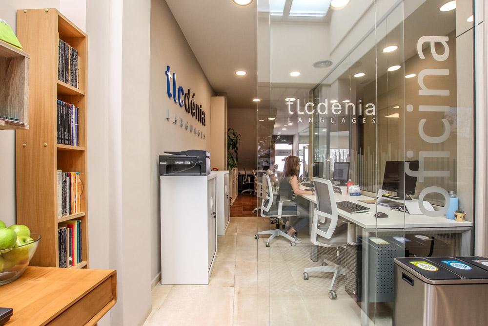 Empleada de TLCdénia en la recepción