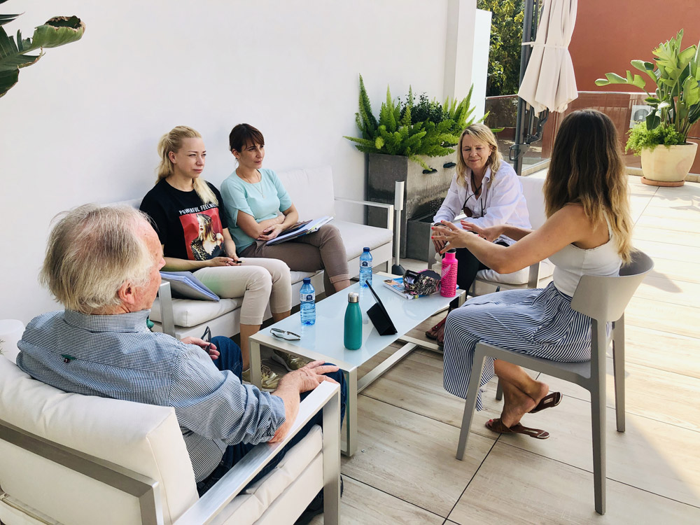 Estudiantes durante un taller de español en la terraza