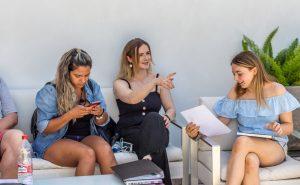 estudiantes en la terraza de TLCdénia