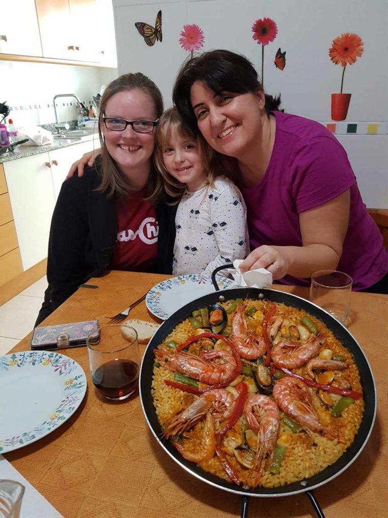 familia con dos estudiantes de español durante su curso en España