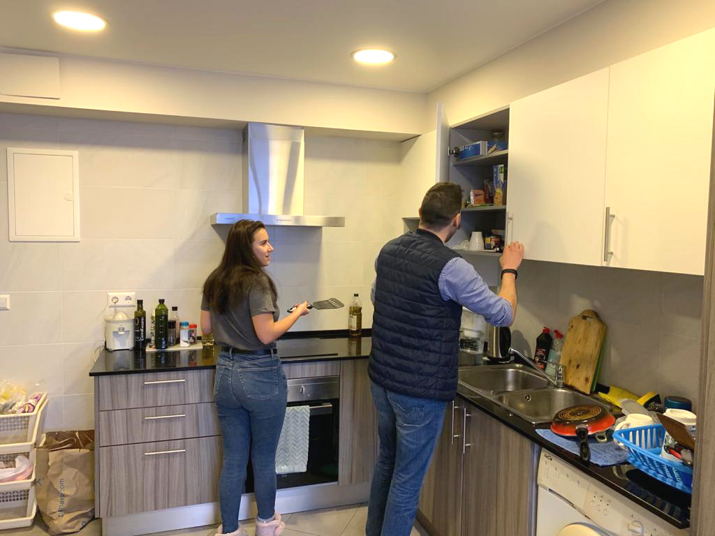 Estudiantes de español en la cocina