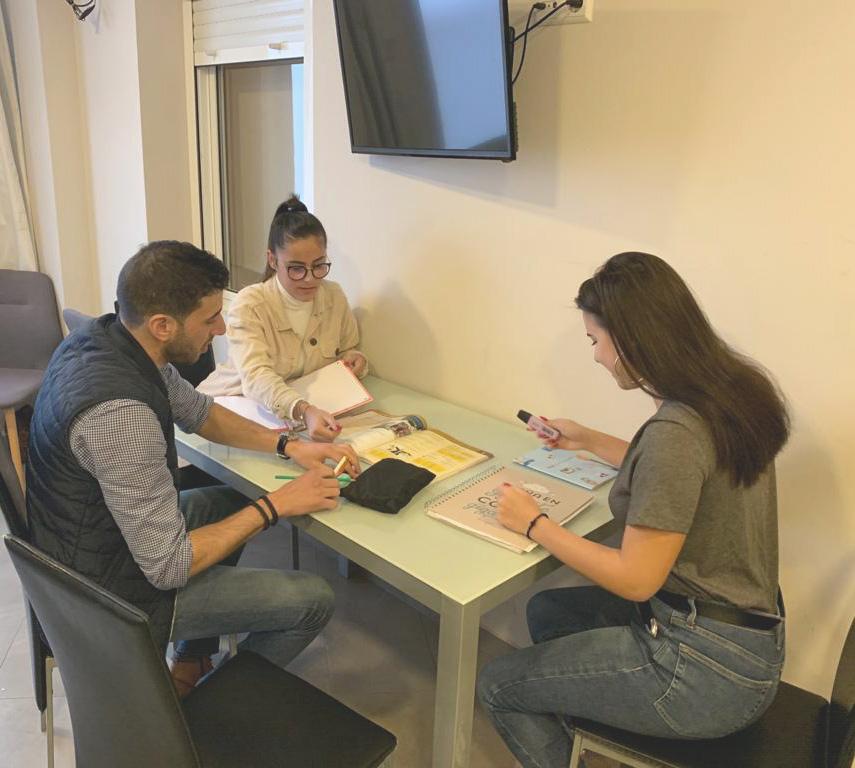 3 estudiantes aprendiendo español