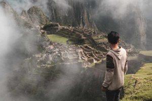 Chico visitando Machu Pichu en Perú