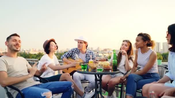 Grupo de jóvenes españoles en una terraza