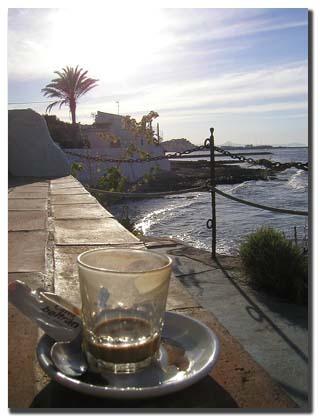 Café en el bar Helios Denia