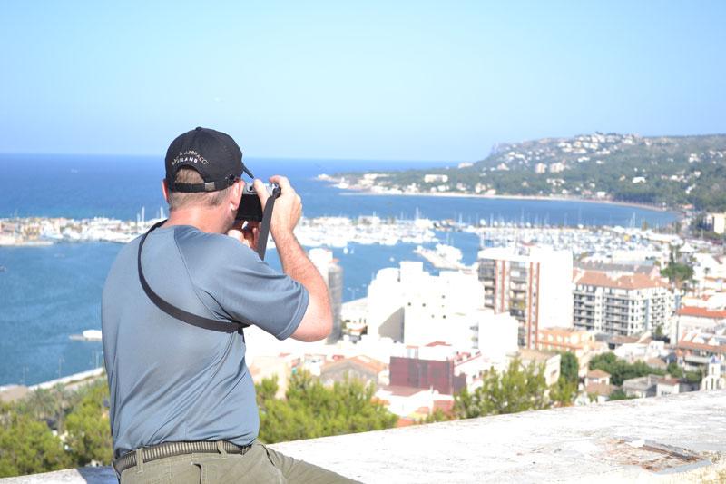 Turista haciendo fotos desde el castillo de Denia