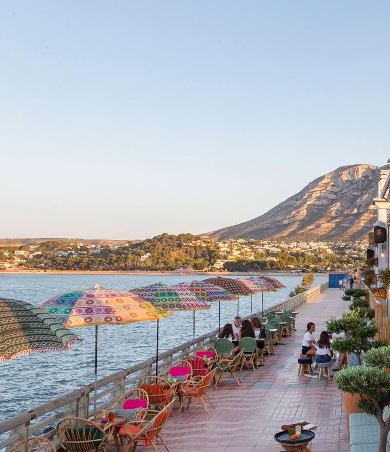 Bar Mala Vita en Denia con vista al mar y la montaña