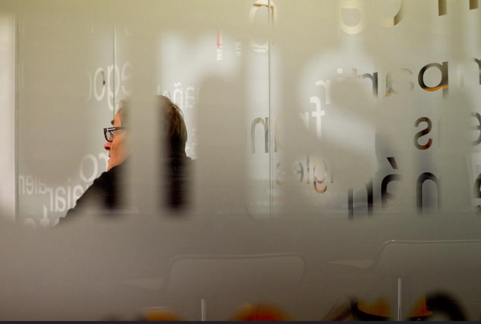 Cristal donde se puede ver a un estudiante aprendiendo español en una clase