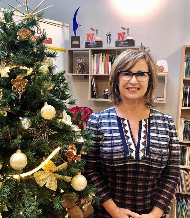 Directora de la escuela de español en España TLCdénia junto al árbol de Navidad