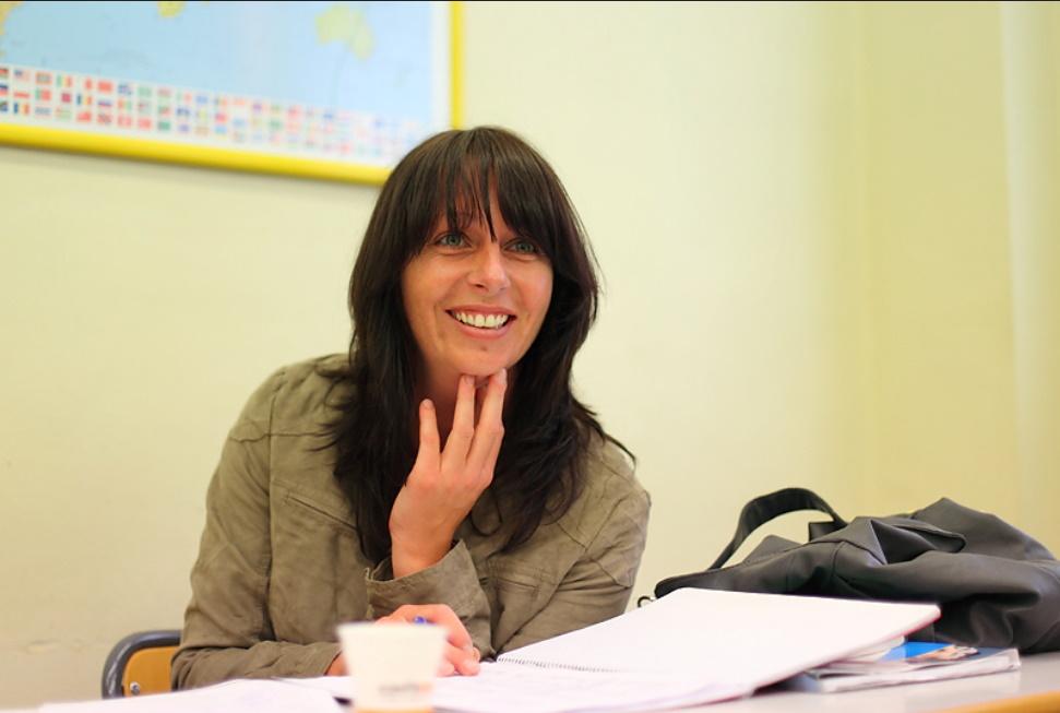 Mujer en una clase de español en España